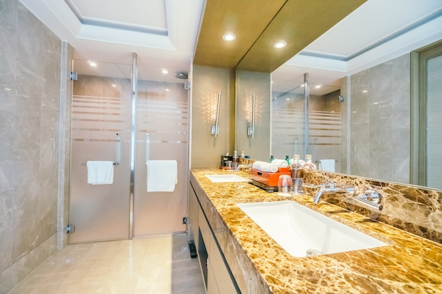 Arrumados banheiro com azulejos brilhantes Foto gratuita