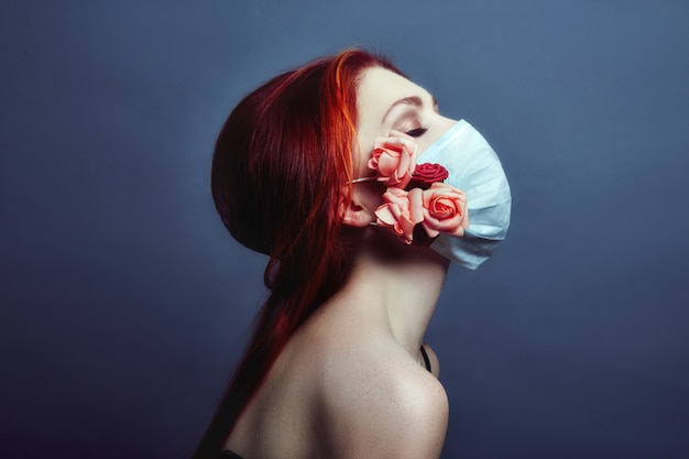Art moda ruiva mulher rosto respirador médico Foto Premium