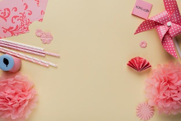 Arte artesanato produto e papel origami sobre fundo bege Foto gratuita