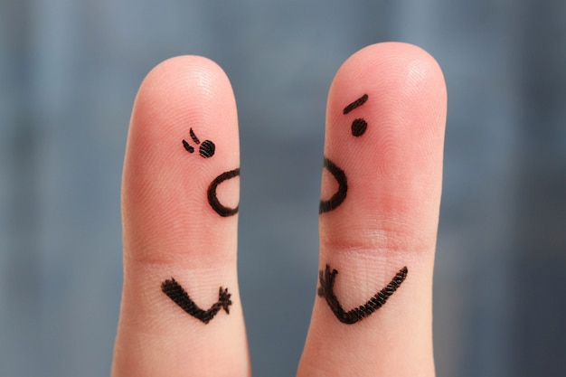 Arte do dedo de um par durante a discussão. o conceito de um homem e uma mulher gritando um com o outro. Foto Premium