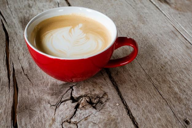 Arte latte quente na mesa de madeira Foto Premium