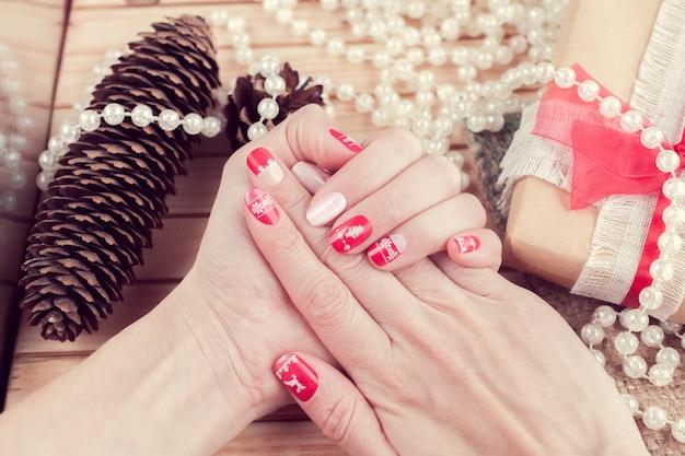 Arte manicure, cor vermelha e branca Foto Premium