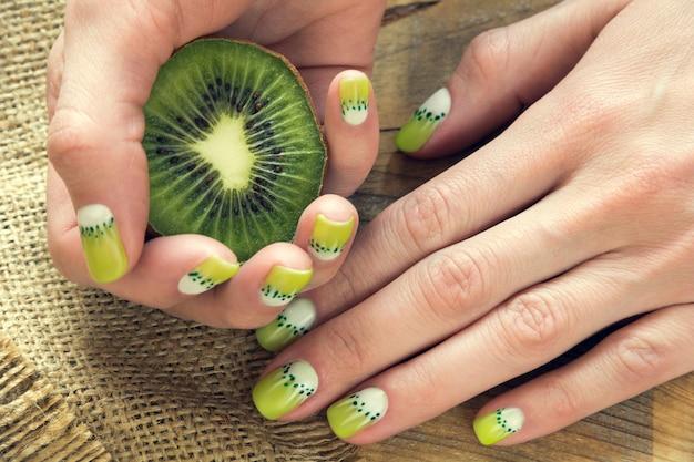 Arte manicure kiwil Foto Premium