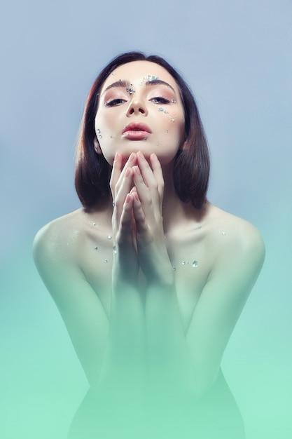 Arte retrato mulher grandes cristais rhinestones face Foto Premium