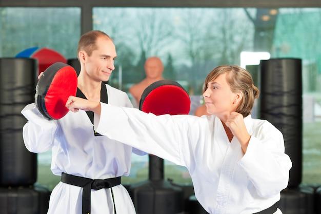 Artes marciais esporte treinamento no ginásio Foto Premium