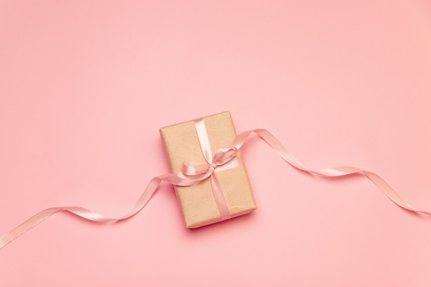Artesanato caixa de presente com fita de laço rosa pastel na lona rosa Foto Premium