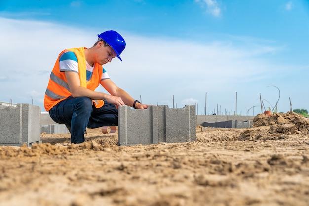 Artesão na construção da fundação do edifício. copie o espaço Foto Premium