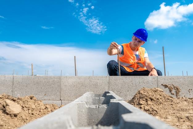 Artesão na construção da fundação do edifício Foto Premium