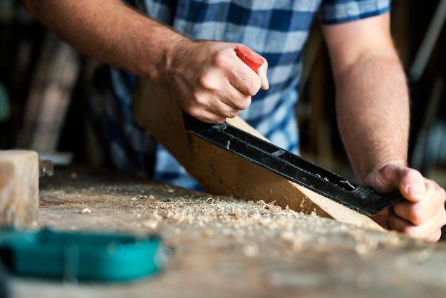 Artesão trabalhando com madeira Foto gratuita