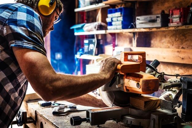 Artesão trabalhando com madeira Foto Premium