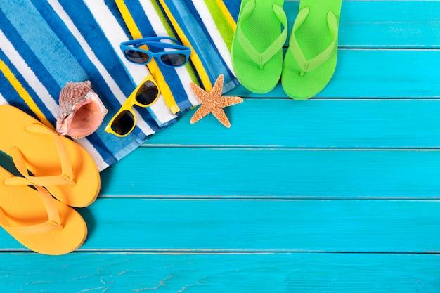 Artigos da praia acima de um piso azul Foto gratuita