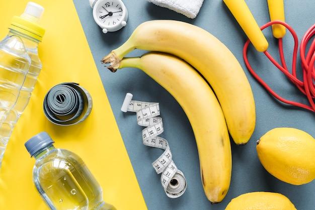 Artigos de fitness compostos em fundo multicolorido Foto gratuita