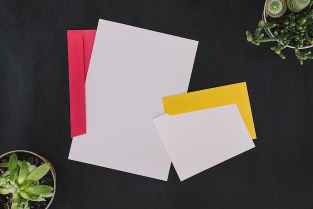 Artigos de papelaria com envelopes Foto gratuita