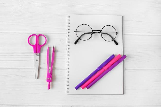 Artigos de papelaria cor-de-rosa e roxos para a faculdade criadora. Foto Premium