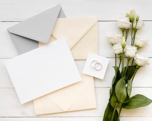 Artigos de papelaria de casamento com lindas rosas Foto gratuita