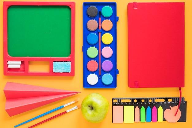 Artigos de papelaria de desenho organizados na mesa Foto gratuita