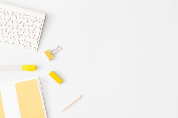 Artigos de papelaria deitado perto do teclado Foto gratuita