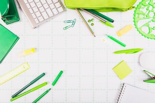 Artigos de papelaria do escritório espalhados na mesa Foto gratuita