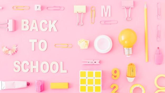 Artigos de papelaria e quebra-cabeça perto de volta à escrita da escola Foto gratuita