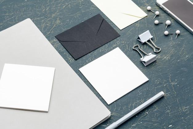 Artigos de papelaria em branco para marcar envelopes, clipes e cartões corporativos Foto Premium