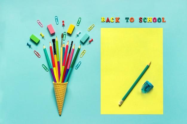 Artigos de papelaria lápis pincel de papel em waffle casquinha de sorvete Foto Premium