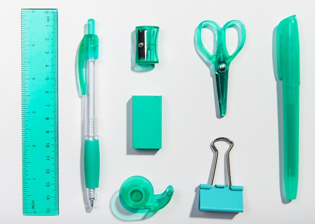Artigos de papelaria mesa azul itens arranjo vista superior Foto gratuita