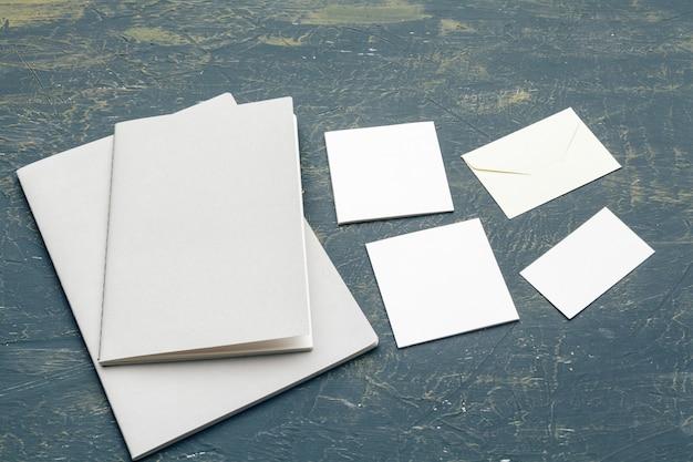 Artigos de papelaria mock up em madeira. modelo de design responsivo. Foto Premium