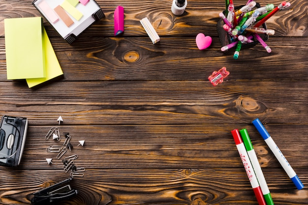 Artigos de papelaria na mesa de madeira Foto gratuita