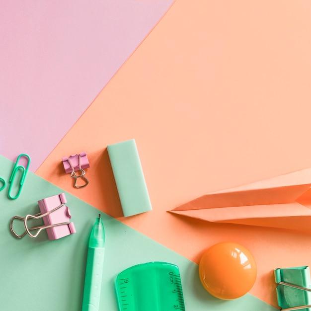 Artigos de papelaria na superfície multicolorida Foto gratuita