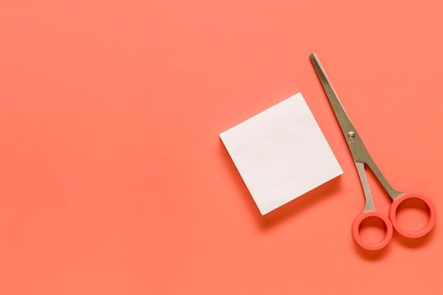 Artigos de papelaria na superfície rosa Foto gratuita