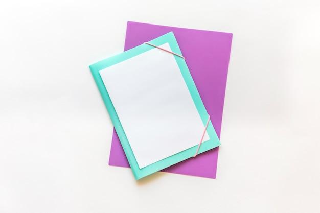 Artigos de papelaria no fundo branco, de volta à concepção da escola Foto Premium
