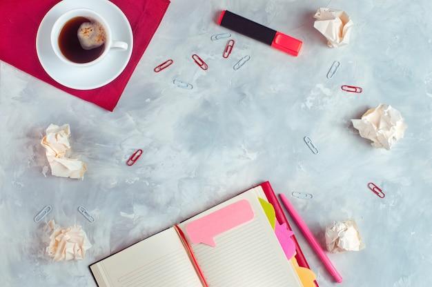 Artigos de papelaria sobre fundo de concreto com espaço de cópia Foto Premium