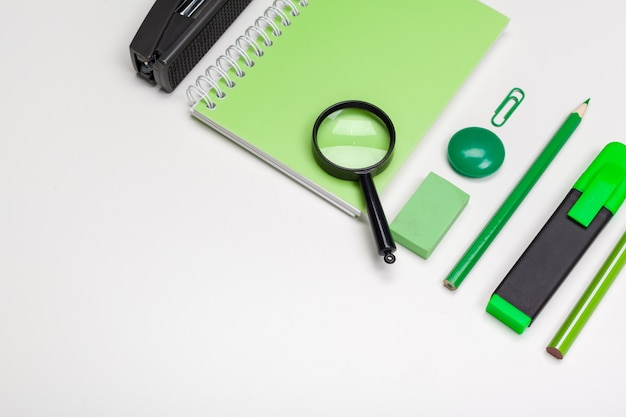 Artigos de papelaria verde Foto Premium