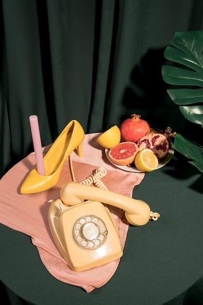 Artigos femininos amarelos na mesa Foto gratuita