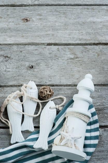 Artigos marinhos na velha de madeira Foto Premium