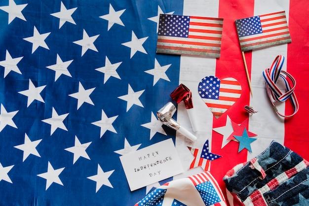 Artigos patrióticos no fundo da bandeira dos estados unidos Foto gratuita