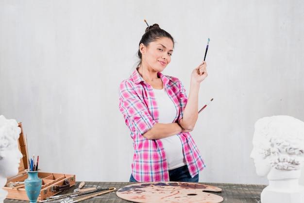 Artista feminina com expressão desafiadora Foto gratuita