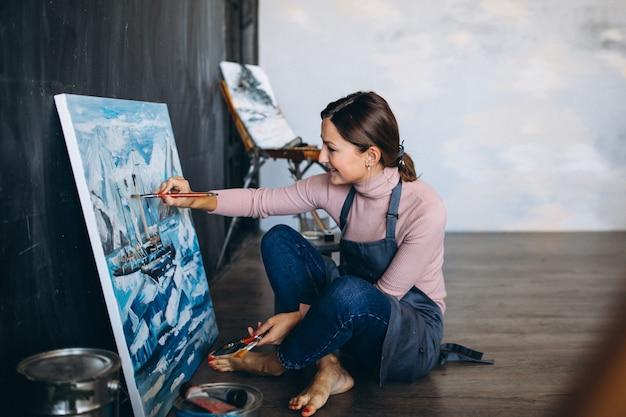 Artista feminina, pintura em estúdio Foto gratuita