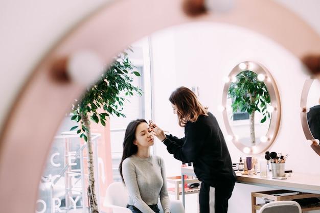 Artista, maquiagem, cobre, mulher, rosto, eyeshadows Foto gratuita