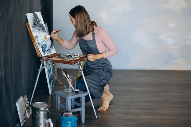 Artista pintando em estúdio Foto gratuita