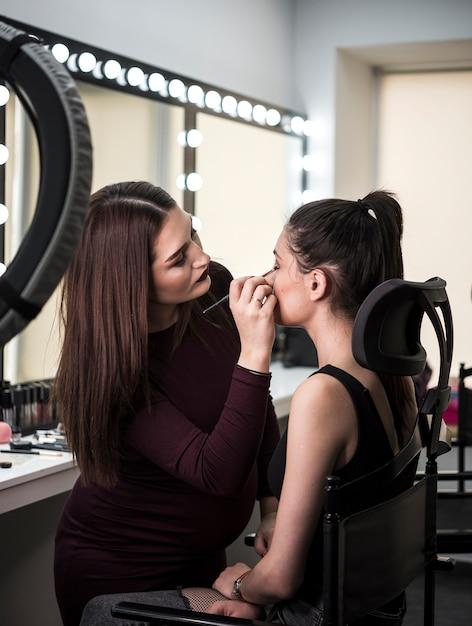 Artista profissional que aplica maquiagem Foto gratuita