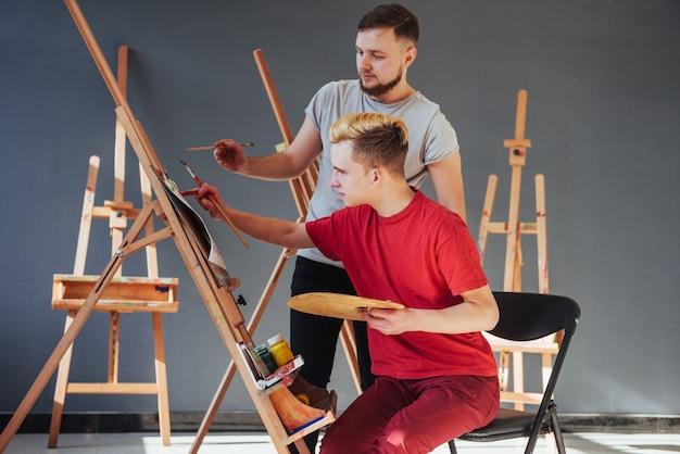 Artistas criativos criaram uma imagem colorida pintada em tela com tintas a óleo no estúdio Foto Premium