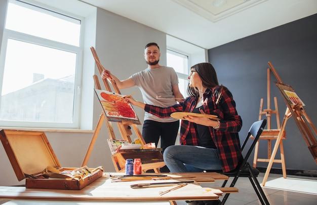 Artistas criativos pintando uma tela colorida em tela com tintas a óleo Foto Premium