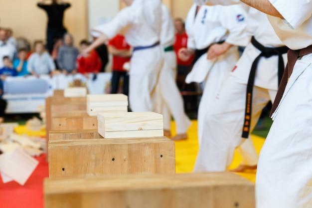 Artistas marciais quebram as tábuas de madeira Foto Premium