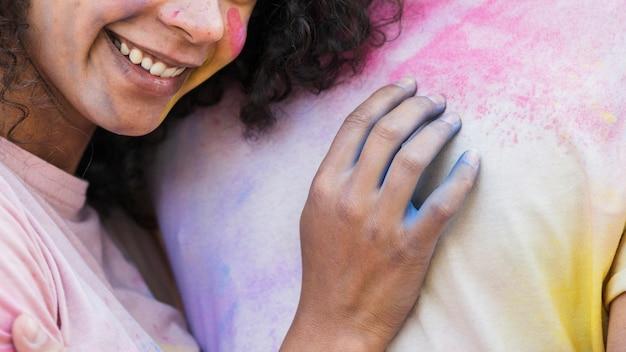 Artístico close-up da mulher, apoiando-se no peito Foto gratuita