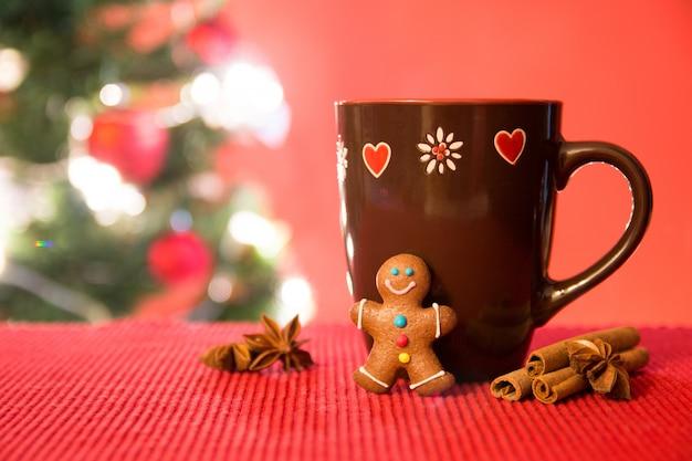 Árvore de natal, biscoitos de gengibre e chá Foto Premium