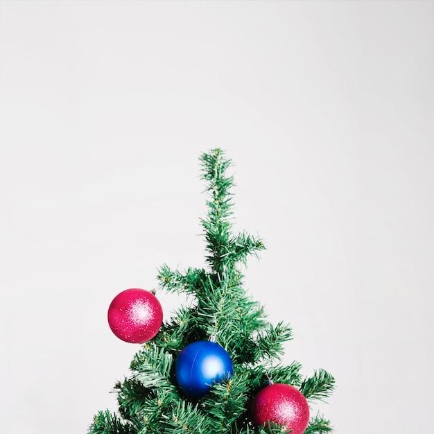 Árvore de natal com bolas azuis e rosa Foto gratuita