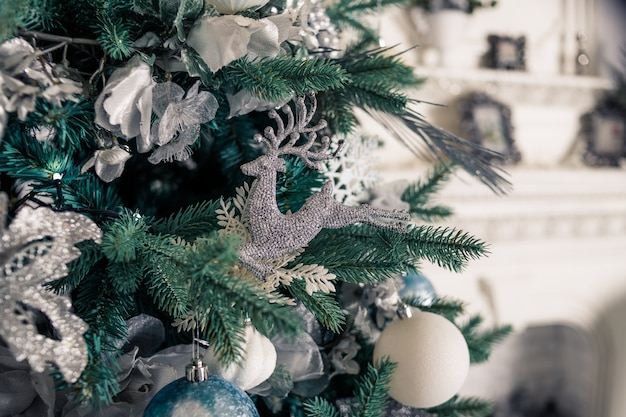 Árvore de natal com branco ballsr.feliz ano novo. Foto Premium