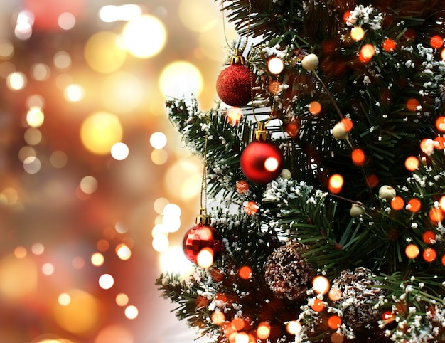 Árvore de natal com decorações em um fundo luzes do bokeh Foto gratuita