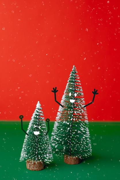 Árvore de natal com emoção de rosto sorriso doodle decoração de estilo na mesa verde com vermelho vívido Foto Premium